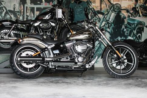 Cận cảnh Harley-Davidson Breakout sơn thủ công có giá 1,3 tỷ về Việt Nam