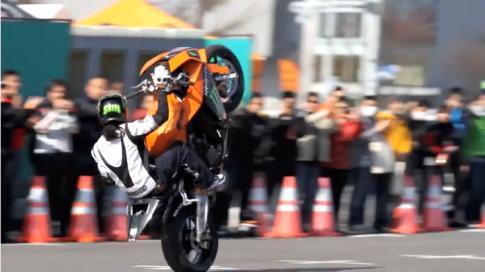 [Clip] Đã mắt với màn biểu diễn stunt tuyệt đỉnh trên KTM RC8 1190