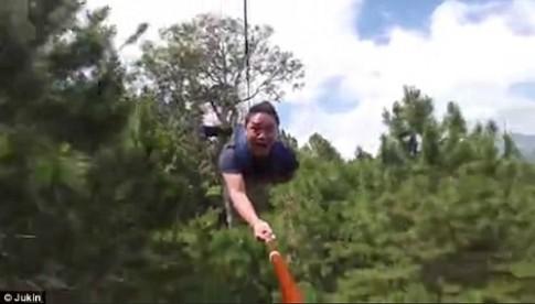 Du khach lieu mang chup anh selfie khi du zipline