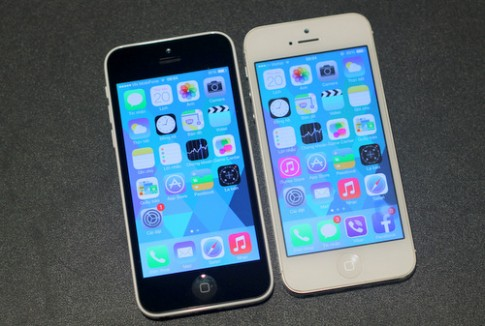 iPhone 5C vo nhua do dang voi iPhone 5