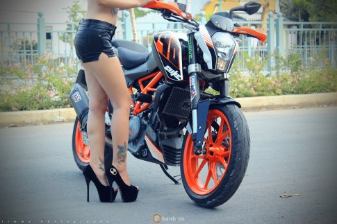 KTM Duke 390 tu tin do dang cung hot girl