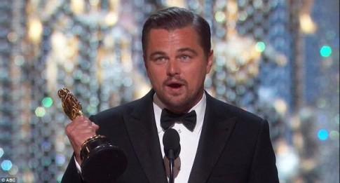 Leonardo DiCaprio cuoi cung da thang giai Oscar sau 2 thap ki - The gioi vua mat di mot tro dua hai huoc!