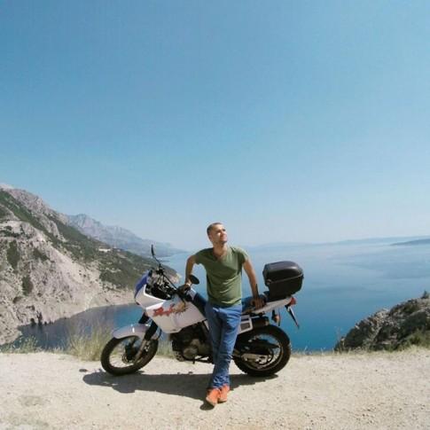 Một mình rong ruổi qua 15 nước trên chiếc xe mô tô cũ