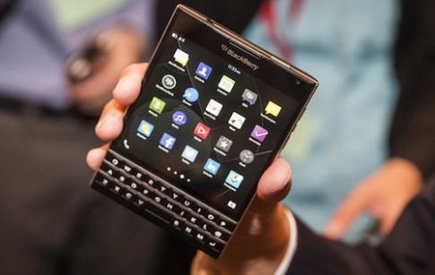 Thu do ben BlackBerry Passport khi tha roi cao 2 met