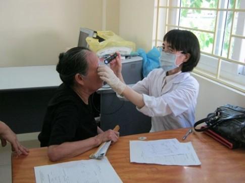 Bệnh đau mắt đỏ thêm nặng vì tự ý dùng kháng sinh, xông, đắp lá