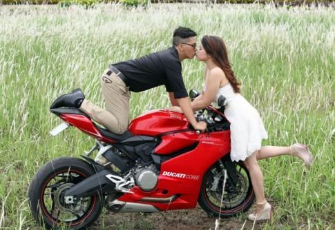 Bo anh cuoi tuyet dep cua cap doi Sai Thanh ben canh Ducati 899 Panigale