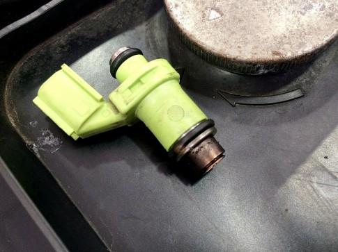 Cận cảnh Exciter 150 vệ sinh kim phun xăng Fi tại shop2banh.vn