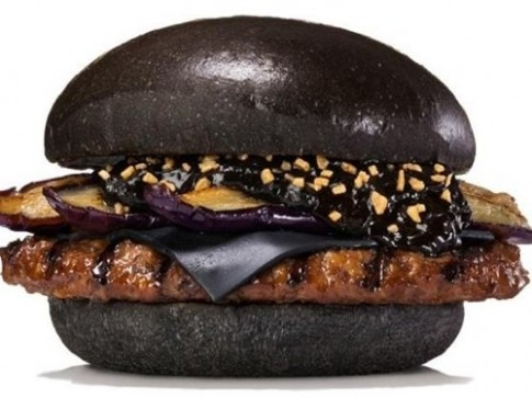 Chuyen chiec burger den va chien thuat marketing cua Burger King Nhat
