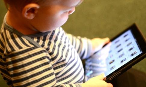 Do con bang dien thoai, iPad la danh mat co hoi phat trien cua tre