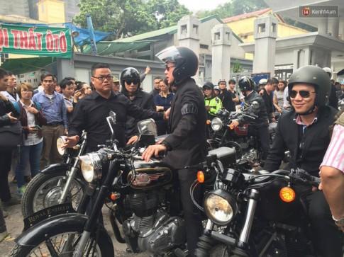 MC Anh Tuấn chạy môtô của Trần Lập trong buổi diễu hành đưa tiễn đầy nước mắt