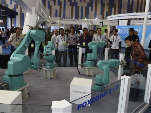 Robot dang thay the con nguoi o Foxconn nhu the nao?