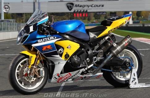 Suzuki GSX-R1000 manh me voi trang phuc moi