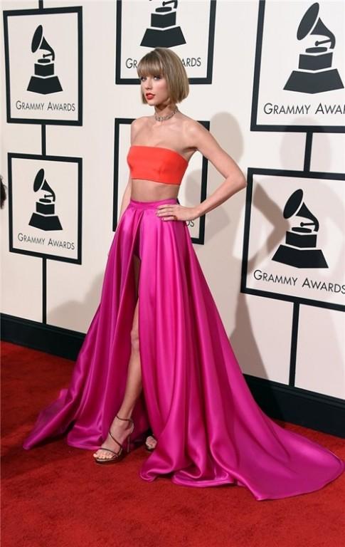 """Taylor Swift, Lady Gaga """"kình"""" nhau với trang phục lòe loẹt"""