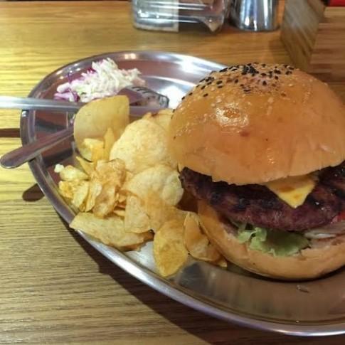 Thuong thuc hamburger dung chat My o Ha Noi