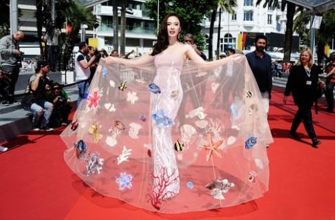 Angela Phương Trinh tỏa sáng ở Cannes với váy chủ đề biển cả