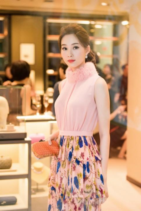 Sao Việt dự triển lãm ví cầm tay Knot của Bottega Veneta