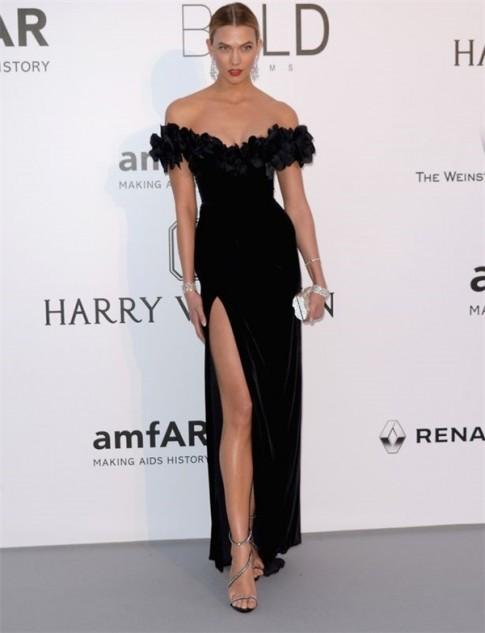 """Váy """"nhái"""" của Thu Thảo đụng hàng cựu thiên thần nội y tại Cannes"""