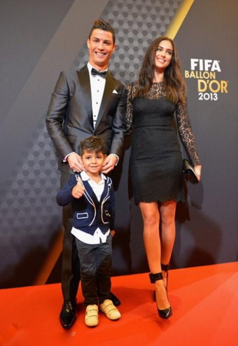 "Ban gai Ronaldo ""hon dut'' bo Messi?"