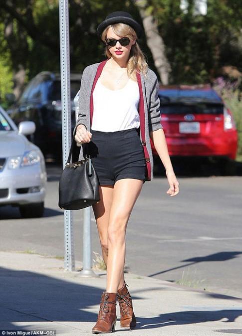 """Eva """"soi"""" 17/1: Taylor Swift khoe chan nuot na"""
