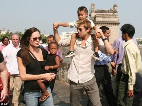 """Eva """"soi"""" 21/8: Brad Pitt gò bó khi sống cùng Angie?"""