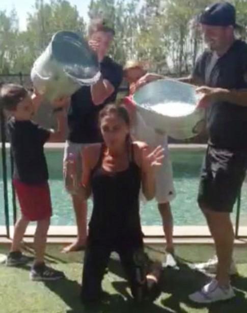 """Eva """"soi"""" 22/8: Victoria rét run vì bị dội nước đá"""