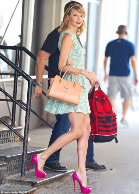 "Eva ""soi"" 23/7: Taylor Swift lo dau goi ""cu lac"""