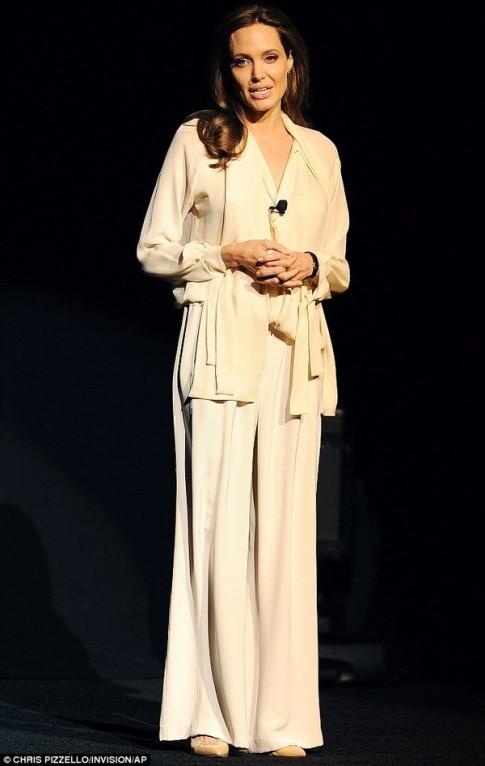 "Eva ""soi"" 26/3: Angelina Jolie gay go om yeu"