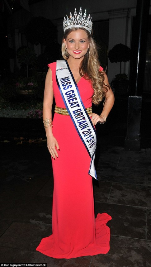 """Hoa hậu Anh bị tước vương miện vì """"mây mưa"""" trên sóng truyền hình"""