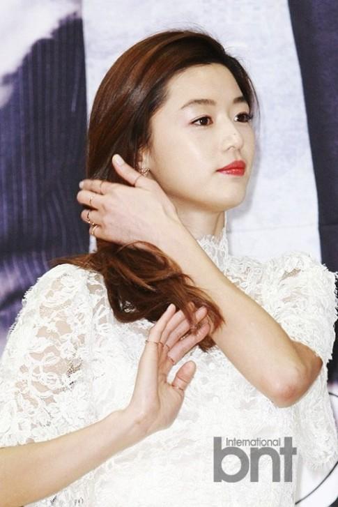 Học Jun Ji Hyun đeo midi ring 'chất lừ'