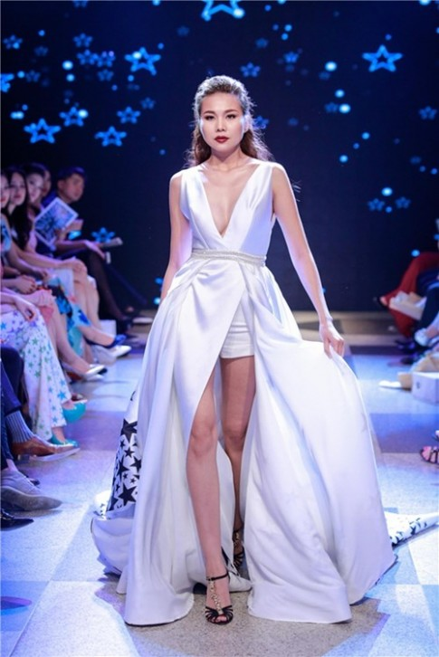 Mau nam gia nu catwalk khong he kem canh Thanh Hang