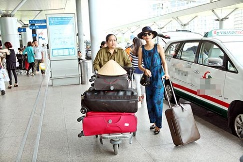 Mẹ Trương Thị May luôn theo sát con gái
