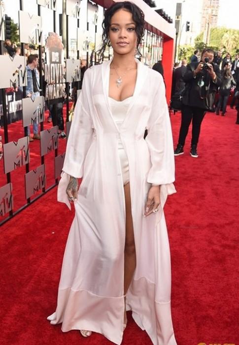 "Rihanna khoe ""nguc day, chan thon"" tren tham do MTV"
