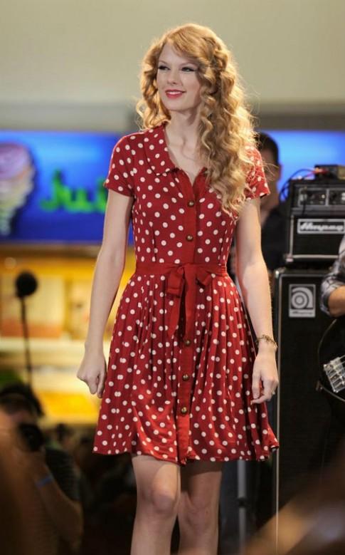 Taylor Swift mê đắm họa tiết chấm bi