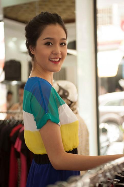 A hau Hoang Anh dap tan tin don don cam