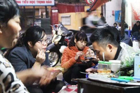 Đến Đông Các, ăn bánh giò, xúc xích thơm lừng