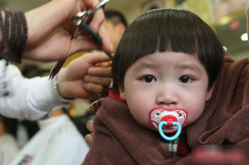 Đổ xô đưa con đi cắt tóc lấy may