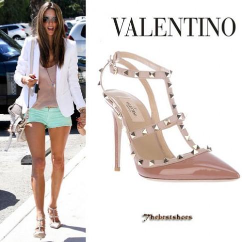 """Đôi giày nghìn đô của Valentino không ngừng """"hút"""" sao Việt"""