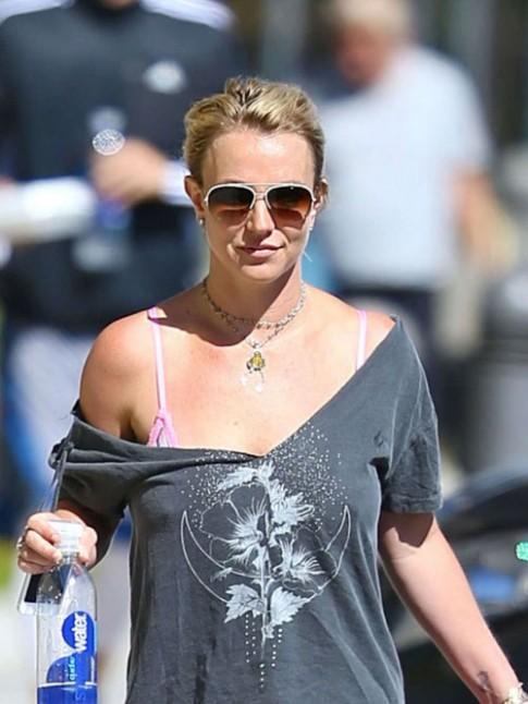 """Eva """"soi"""" 15/10: Britney quan ao xoc xech ra pho"""