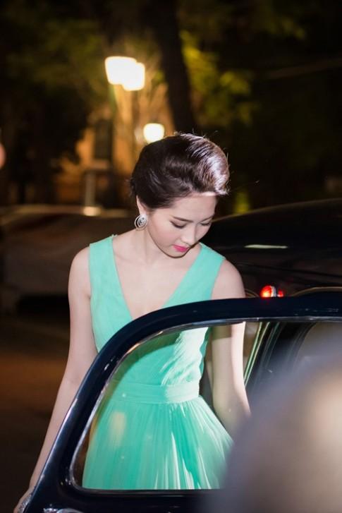 HH Thu Thao toa sang voi dam xanh bac ha