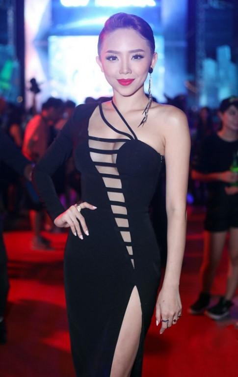 Hoa tai pha cach, hon 500 ngan/mau cua Thanh Hang, Toc Tien