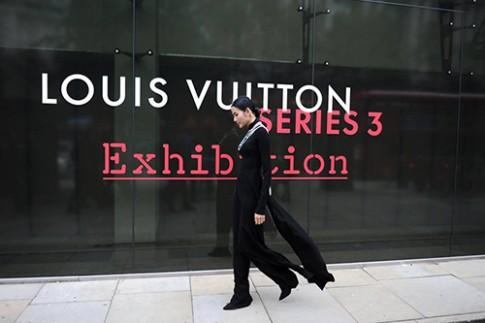 """Hoàng Thùy """"ghi điểm"""" với áo dài tại triển lãm Louis Vuitton"""