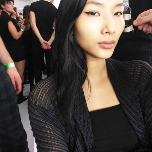 """Hoàng Thùy tiếp tục """"công phá"""" sàn diễn London Fashion Week"""