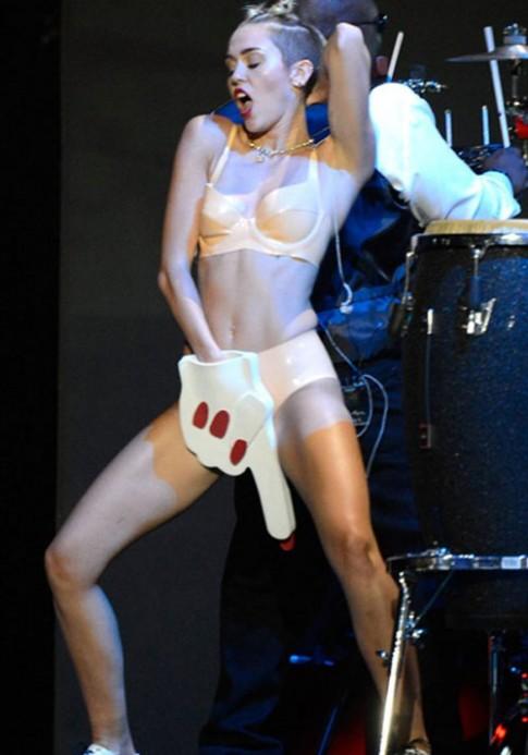 Miley Cyrus lo quai chieu goi cam moi