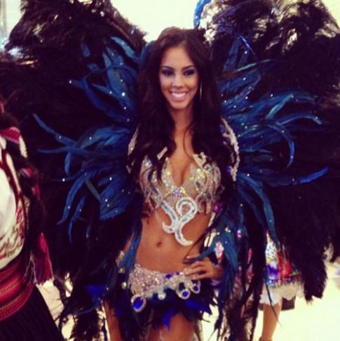 Thi sinh Miss Universe ron rang trinh dien quoc phuc