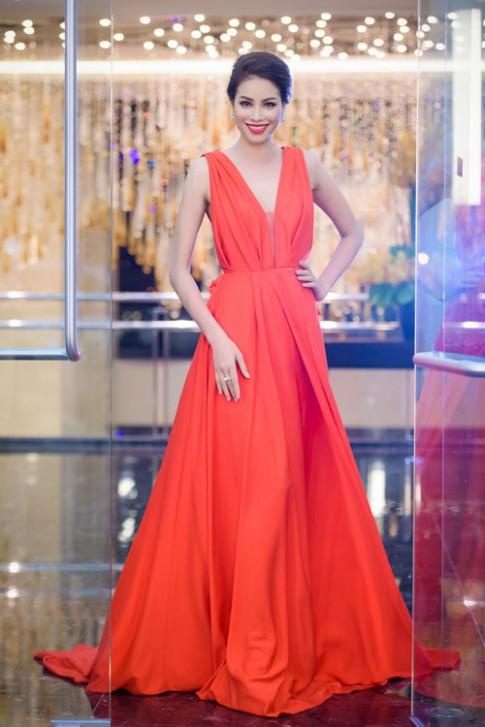 Tuần qua, say đắm vì thời trang yêu kiều của các hoa hậu