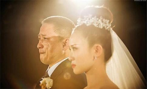 Xúc động chùm ảnh người bố khóc trong ngày cưới con gái