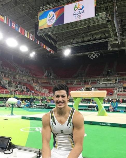 Van dong vien nuoc chu nha Olympic gay sot voi ve dep trai nghet tho
