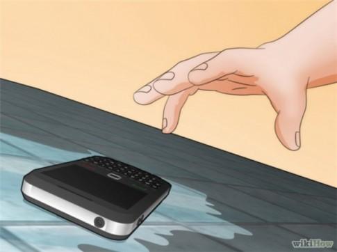 """10 buoc """"than thanh"""" giup ban """"cuu mang"""" smartphone lo roi xuong nuoc"""
