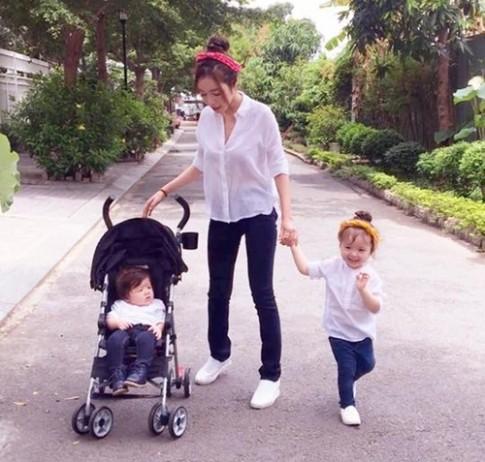 3 mẹ con Elly Trần cực đáng yêu khi xuống phố ngày 1/6