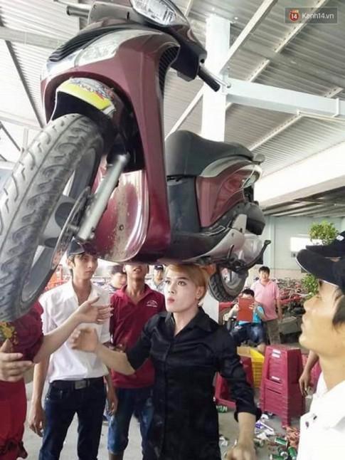 9X doi xe Honda SH tren dau khien rat nhieu khan gia kinh ngac
